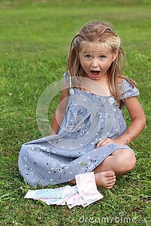 Fille dans la robe grise criant