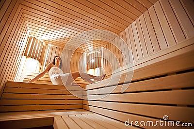 Fille dans le sauna
