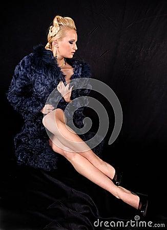 Fille dans un manteau de fourrure
