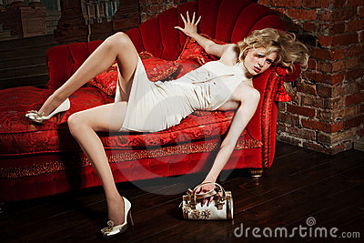 Fille dans une robe beige