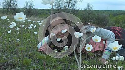 Fille de beauté dans le pré Belle jeune femme dehors Appréciez la nature Fille de sourire heureuse se trouvant sur l'herbe verte  clips vidéos
