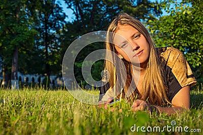 Fille de l adolescence avec le téléphone en nature