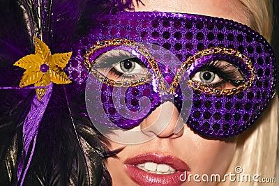 Fille de réception masquée de mascarade de mardi gras