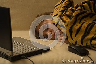 Fille de sommeil avec le cahier et la souris