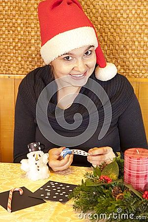 Fille de sourire mignonne effectuant le bonhomme de neige d 39 ouate photo stock image 27999670 - Bonhomme fille ...