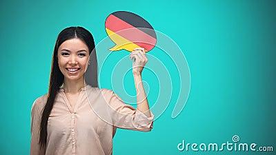 Fille de sourire tenant la bulle allemande de la parole de drapeau, apprenant la langue, idées de voyage clips vidéos
