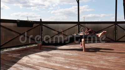 Fille faisant du yoga sur le balcon en plein air banque de vidéos
