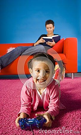 Fille jouant avec le jeu d ordinateur