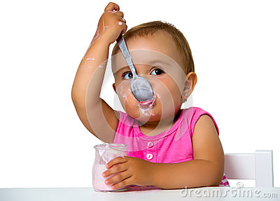 Fille mangeant du yaourt