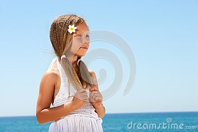 Fille mignonne sur regarder de plage.