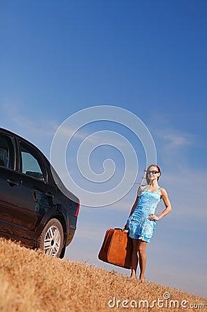 Fille près du véhicule