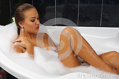 Filles nues prenant un bain