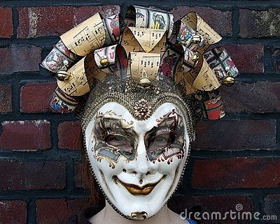 Fille s usant un regard fixe normal de masque vénitien de carnaval