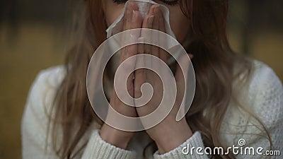 Fille souffrant de la décharge d'écoulement nasal et de larme, symptôme de virus saisonnier banque de vidéos