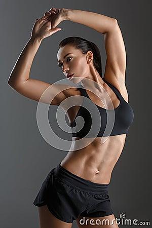 belle femme dajustement sportif avec le soulagement de muscle au dessus du backgound noir copiez lespace