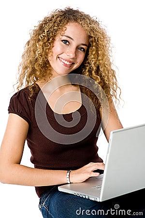 Fille sur l ordinateur portatif