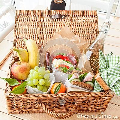 Free Filled Picnic Basket Stock Images - 65410924