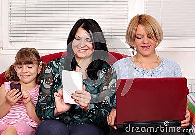 Filles avec des ordinateurs