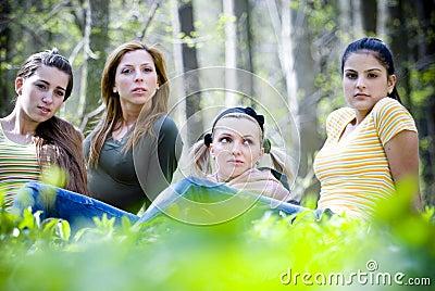 Filles dans la forêt