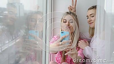 Filles de passe-temps d'amis de la jeunesse de créativité de Selfie banque de vidéos