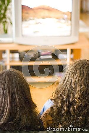 Filles regardant la TV