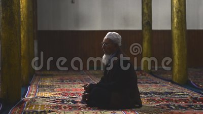 Film starego muzułmanina modlącego się w meczecie zdjęcie wideo