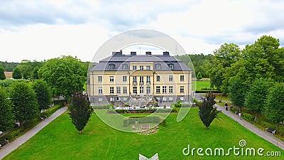 Filmagem de drone para o melhor castelo da suécia, em Estocolmo, com fonte video estoque