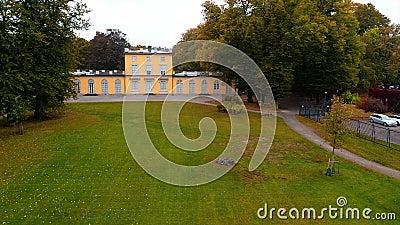 Filmagem de drone para o melhor castelo da suécia, em Estocolmo, com fonte filme