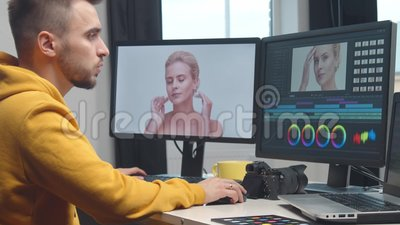 Filme de edição de colorido de vídeos freelance usando software profissional, monitor e console de montagem filme
