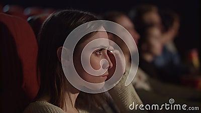 Filme de excitação de observação concentrado da menina no cinema Aprecie o conceito do cinema video estoque