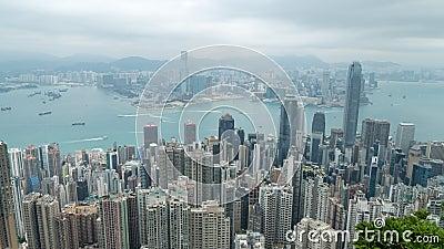 filmiskt zooma 4K i snabbare Time Lapselängd i fot räknat av Victoria Harbour som tas från maximumet i Hong Kong under molnig dag stock video