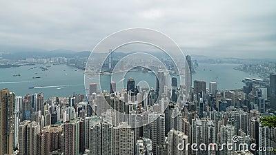 filmiskt zooma 4K i Time Lapselängd i fot räknat av Victoria Harbour som tas från maximumet i Hong Kong under molnig dag lager videofilmer