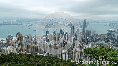 filmiskt zooma 4K i Time Lapselängd i fot räknat av Victoria Harbour som tas från maximumet i Hong Kong under molnig dag stock video