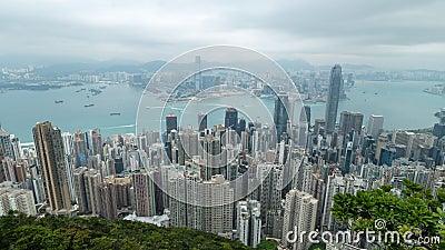 filmiskt zooma 4K ut snabb Time Lapselängd i fot räknat av Victoria Harbour som tas från maximumet i Hong Kong under molnig dag lager videofilmer