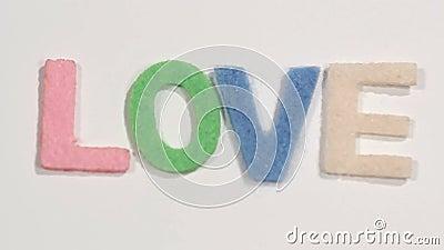 "Filt märker ""LOVE"" på vit bakgrund arkivfilmer"