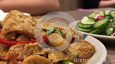 Filtrez le tir des personnes mangeant des apéritifs sur la table à l'intérieur du restaurant chinois banque de vidéos