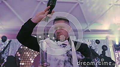 Fim acima Um barman profissional derrama um cocktail com o efeito do gelo seco Empregado de bar que faz o alcoólico delicioso filme