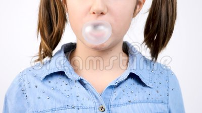 Fim do movimento lento acima do retrato da pastilha elástica bonito e de fundir da menina um ballon da bolha do bubblegum video estoque