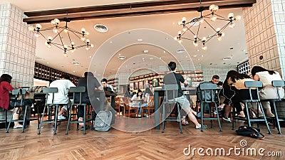 Fim do tempo de clientes da Starbucks Reserve em Nakhon Ratchasima, Tailândia vídeos de arquivo