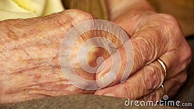 Fim superior da pele do enrugamento da mão da posse do homem novo da mulher adulta acima filme