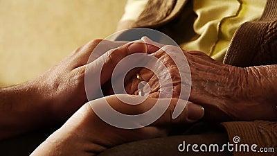 Fim superior da pele do enrugamento da mão da posse do homem novo da mulher adulta acima de 2 video estoque