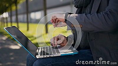 Fin vers le haut Mains masculines dactylographiant sur le clavier d'ordinateur outdoors Jeune homme d'affaires s'asseyant sur le  banque de vidéos