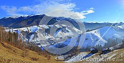 Finales asoleado del invierno en las montañas