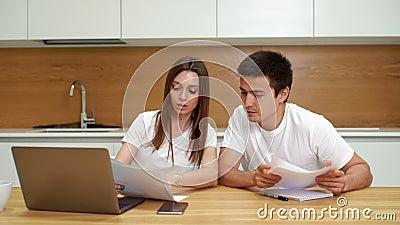 Finanças de controlo dos pares novos, revendo suas contas bancárias usando o portátil video estoque