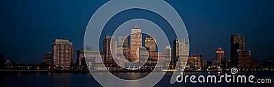 Financiële het districts panoramische horizon 2013 van Londen bij schemer