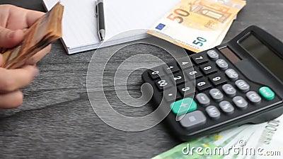 Finanse domowe, inwestycje, gospodarka, oszczędność lub koncepcja ubezpieczeniowa Zamknięcie rąk Księgowa lub bankierka wykonując zbiory wideo