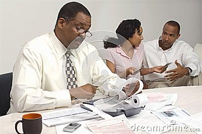 Finanzberater, der den Ausgaben-Empfang mit Paaren im Hintergrund hält