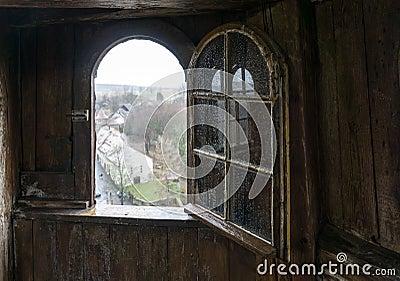 Finestra aperta di vecchia torre di legno fotografia stock for Finestra vecchia