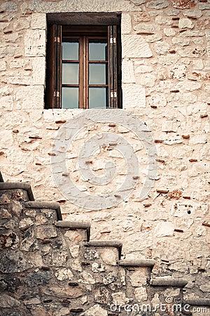 Finestra antica rustica di legno e parete di pietra immagine stock ...
