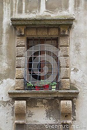 Finestra medievale con le griglie in ferro battuto pesanti fotografia stock immagine 45463539 - Griglie in ferro per finestre ...
